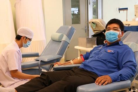 Tuổi trẻ Cần Thơ hiến máu hưởng ứng lời kêu gọi của Tổng Bí thư, Chủ tịch nước
