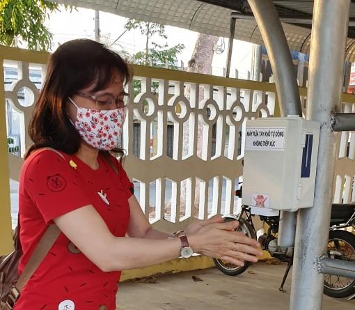 Học sinh chế tạo thiết bị rửa tay khô tự động không tiếp xúc
