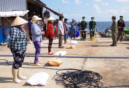 Thăm hỏi, động viên quân và dân phòng chống dịch trên đảo Hòn Chuối