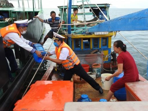 Vùng 5 Hải quân tiếp tục cấp 150.000 lít nước ngọt cho người dân vùng hạn
