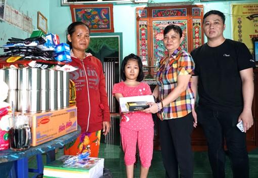 Nhóm từ thiện bạn bè trao tiền hỗ trợ sinh viên khuyết tật