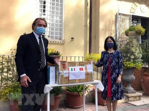 Vietnam joins hands with Italy in combating COVID-19