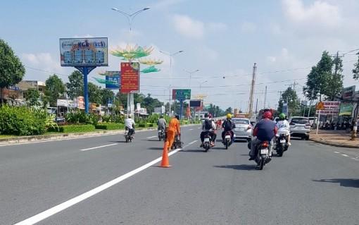 Sơn lại vạch kẻlàn đường, hướng dẫn người tham gia giao thông đi đúng làn đường quy định