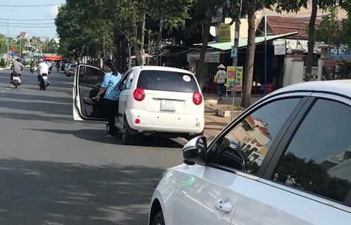 Nguy hiểm khi mở cửa ô tô thiếu quan sát