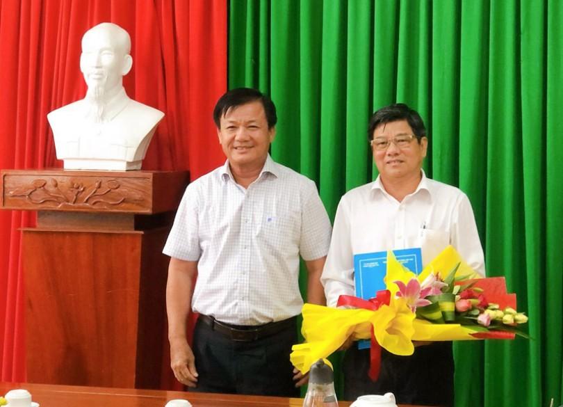 Trao quyết định nghỉ hưu cho Chủ tịch UBND huyện Thới Lai