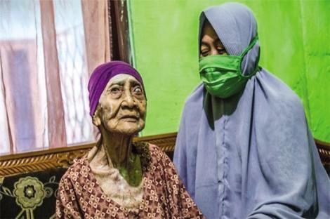 """Cụ bà Indonesia 100 tuổi """"đánh bại"""" SARS-CoV-2"""