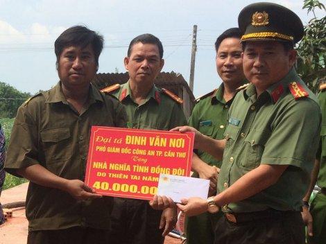 Phó Giám đốc Công an thành phố Đinh Văn Nơi thăm người dân bị ảnh hưởng lốc xoáy