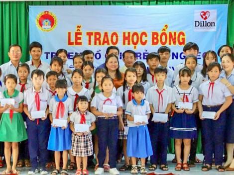 Trao 100 suất học bổng  cho trẻ em nghèo, mồ côi