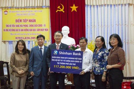 Tiếp nhận vật tư y tế phòng chống dịch  COVID-19 từ Ngân hàng Shinhan Việt Nam