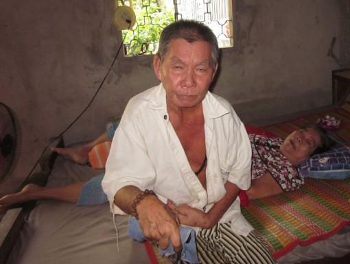 Giúp đỡ vợ chồng già bệnh tật