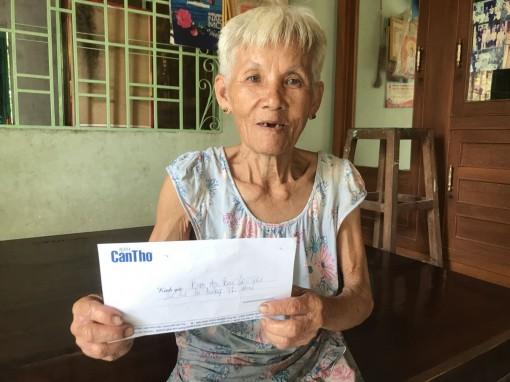 Trao tiền cho bà cụ 70 tuổi nuôi mẹ già