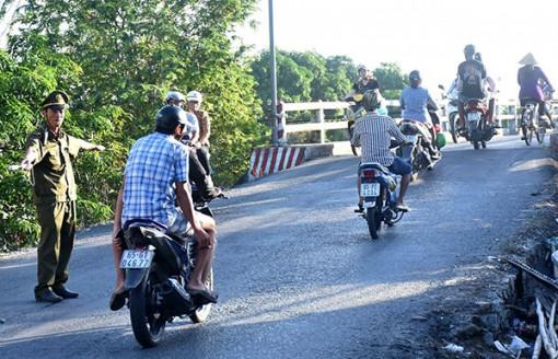 Công an viên góp sức phân luồng, hướng dẫn giao thông