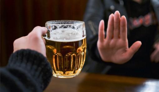 Bia rượu tổn hại não bộ giống như chứng mất trí nhớ