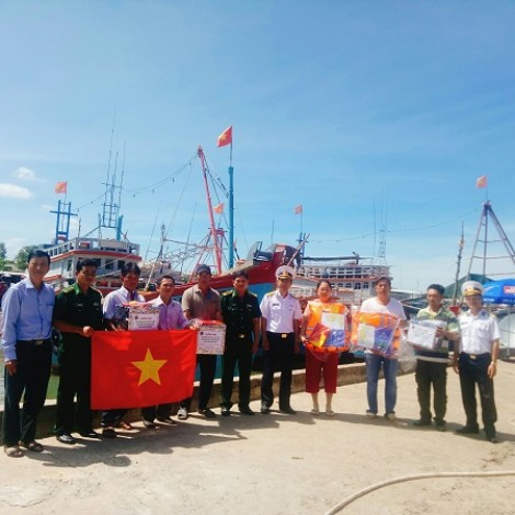 """Phối hợp thực hiện Chương trình """"Hải quân Việt Nam làm điểm tựa cho ngư dân vươn khơi bám biển"""" cho ngư dân tỉnh Trà Vinh"""