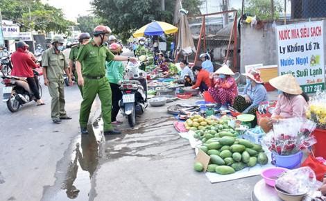 Xử lý nghiêm tình trạng họp chợ lấn chiếm lòng đường