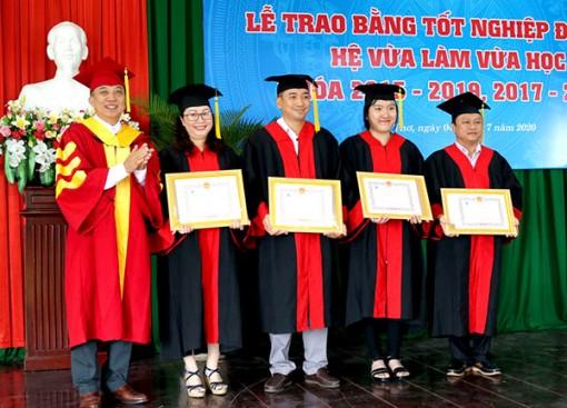 Trao bằng tốt nghiệp cho 114 tân cử nhân, kỹ sư