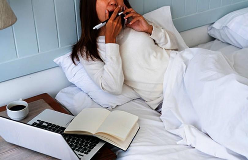 Vì sao không nên làm việc trên giường ngủ?