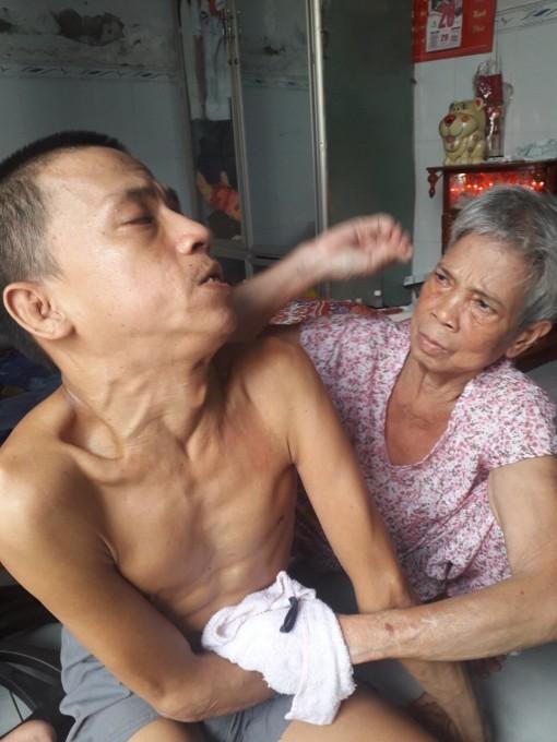 Mong đủ sức khỏe để chăm sóc con trai bại liệt