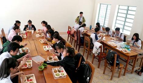 Cơm trưa miễn phí cho học trò xa nhà