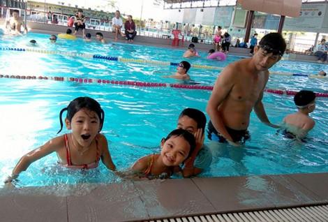 Mùa hè cho trẻ học bơi