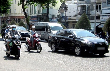 Xử lý nghiêm trường hợp vừa điều khiển phương tiện tham gia giao thông vừa nghe điện thoại