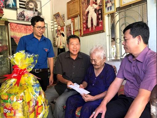 Báo Cần Thơ thăm và tặng quà Mẹ Việt Nam Anh hùng Nguyễn Thị Lãnh