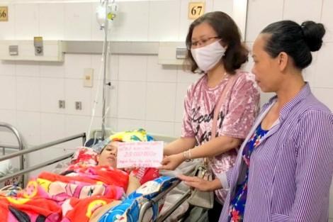 Nhóm mạnh thường quân Phạm Huỳnh Trang trao tiền giúp bệnh nhân Phan Thị Kim Chi