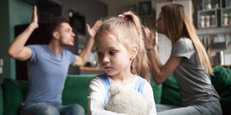 Hoàn cảnh sống bất lợi ảnh hưởng  ra sao tới sự phát triển của trẻ?