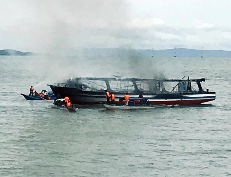 Tàu đưa khách du lịch câu cá trên biển bốc cháy, 25 người thoát chết