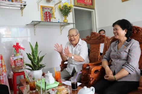 Thăm, tặng quà nạn nhân chất độc da cam là người tham gia kháng chiến