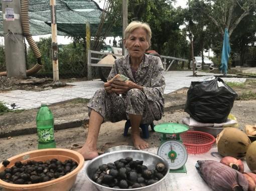 Bà cụ 70 tuổi nuôi mẹ già tiếp tục được bạn đọc Báo Cần Thơ hỗ trợ