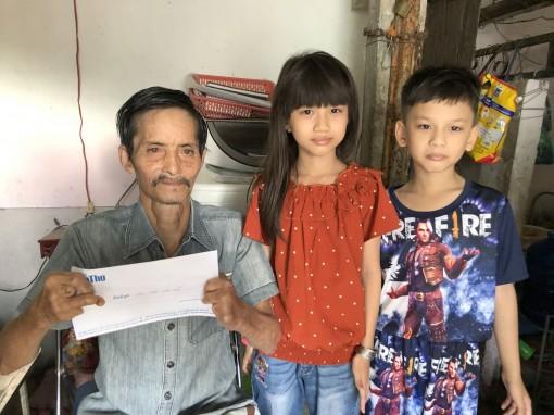 Trao tiền giúp gia đình ông Trần Văn Sỹ