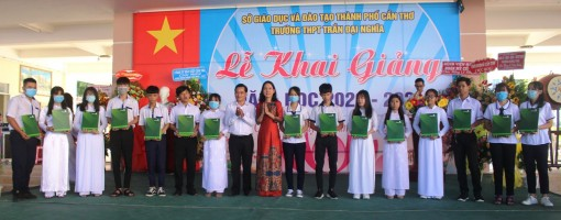 """Vietcombank Cần Thơ phối hợp Báo Cần Thơ trao 50 suất học bổng """"Tiếp sức đến trường"""""""