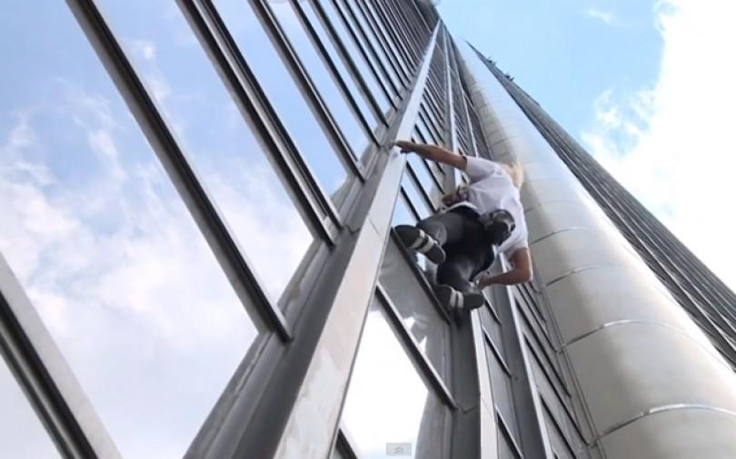 Pháp bắt giữ đối tượng leo lên tòa nhà cao nhất Paris