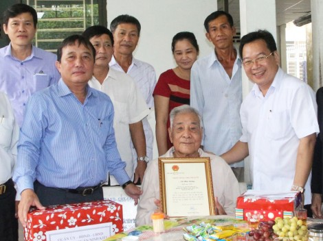 Quận Ninh Kiều chúc mừng  và tặng quà người cao tuổi