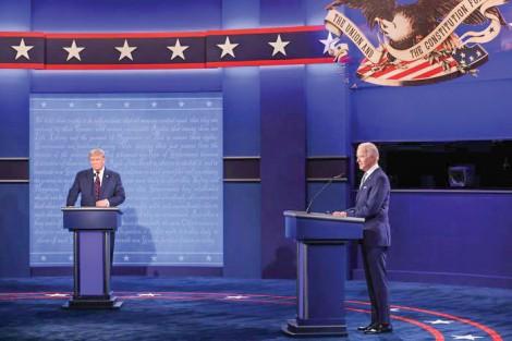 """Tranh cãi """"nảy lửa""""  giữa hai ứng viên tổng thống Mỹ"""
