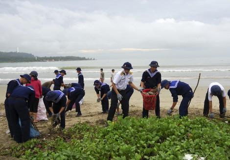 Lữ đoàn Công binh 83 tham gia dọn vệ sinh bờ biển tại Đà Nẵng