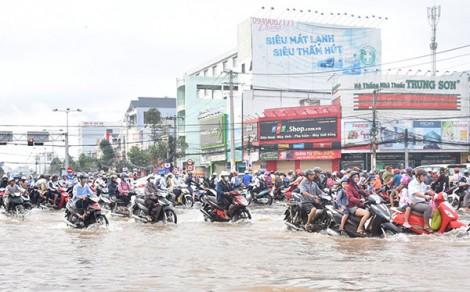 Tổ chức lực lượng ứng trực, hỗ trợ xe tắt máy do ngập nước