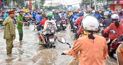 Ðiều phối giao thông, hỗ trợ người dân trong những ngày triều cường