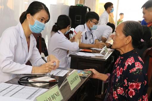 Khám bệnh và cấp phát thuốc miễn phí cho bà con có hoàn cảnh khó khăn
