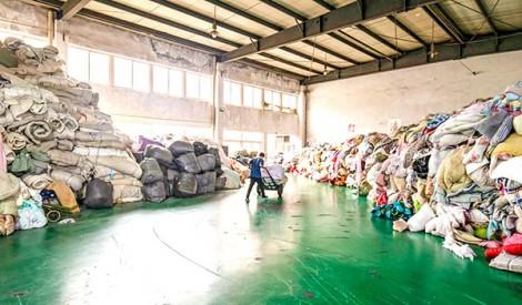 Núi quần áo cũ khiến Trung Quốc đau đầu