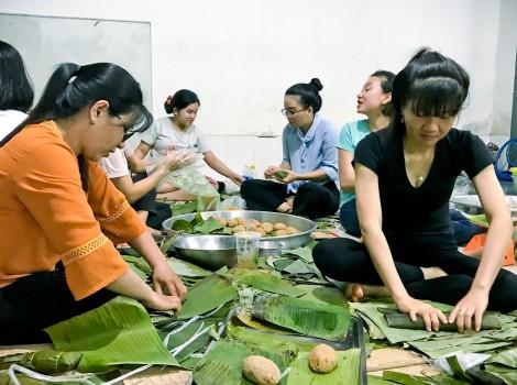 Gói bánh tét tặng đồng bào miền Trung
