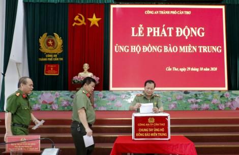 Công an TP Cần Thơ đóng góp ủng hộ đồng bào miền Trung