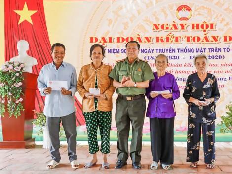 """Ngày hội """"Đại đoàn kết toàn dân tộc""""  ở khu vực Phú Luông, quận Ô Môn"""