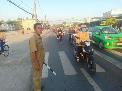 Tăng cường hướng dẫn giao thông trước cổng trường học