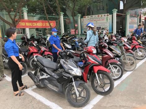 Tham gia giữ gìn trật tự an toàn giao thông trước cổng trường