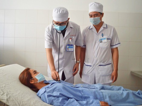Nội soi lấy dị vật kẹt trong phổi suốt 27 năm