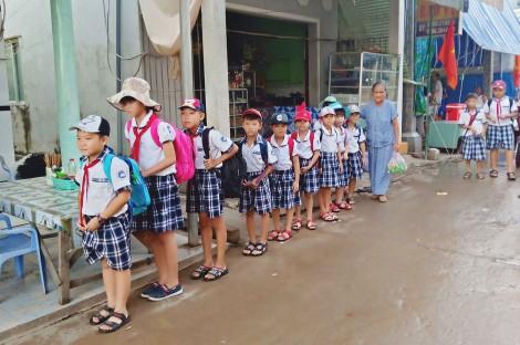 Chuyện cụ bà đưa trẻ đi học trên Hòn Heo