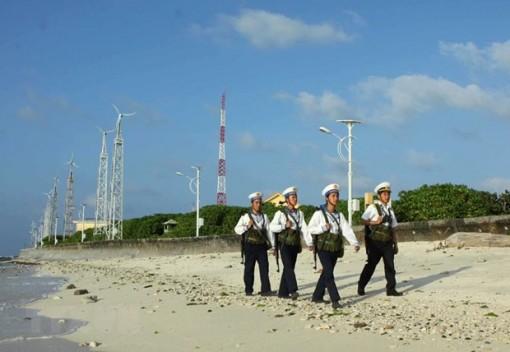 Vùng 4 Hải quân tiếp nhận quà Tết gửi tặng quân, dân đảo Trường Sa