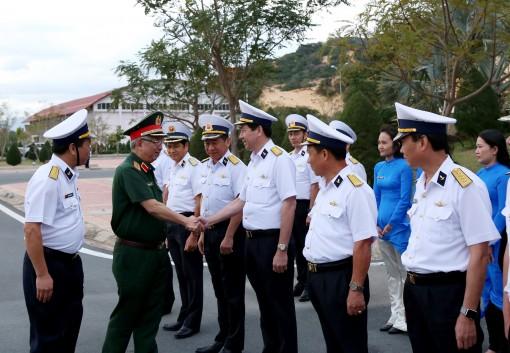 Thượng tướng Nguyễn Chí Vịnh thăm và làm việc tại Cảng quốc tế Cam Ranh